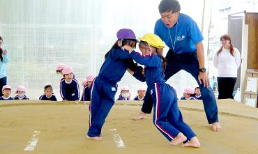 こどもたちが相撲を頑張っている写真